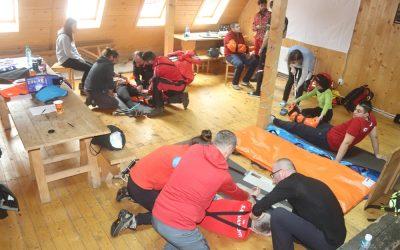 Cluj: Curs medical specific activităţii de salvare montană derulat de Salvamont Cluj, la Doda Pilii