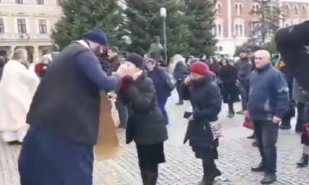 Cluj: Credincioși împărtășiți cu aceeași linguriță, în plină pandemie VIDEO