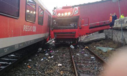Cluj: TIR lovit de tren FOTO