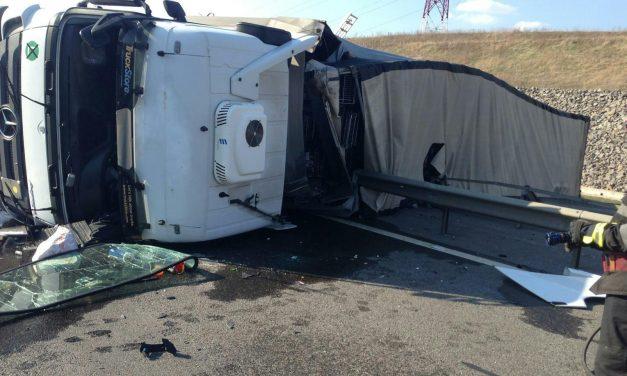 Un TIR s-a răsturnat pe autostrada A3 FOTO