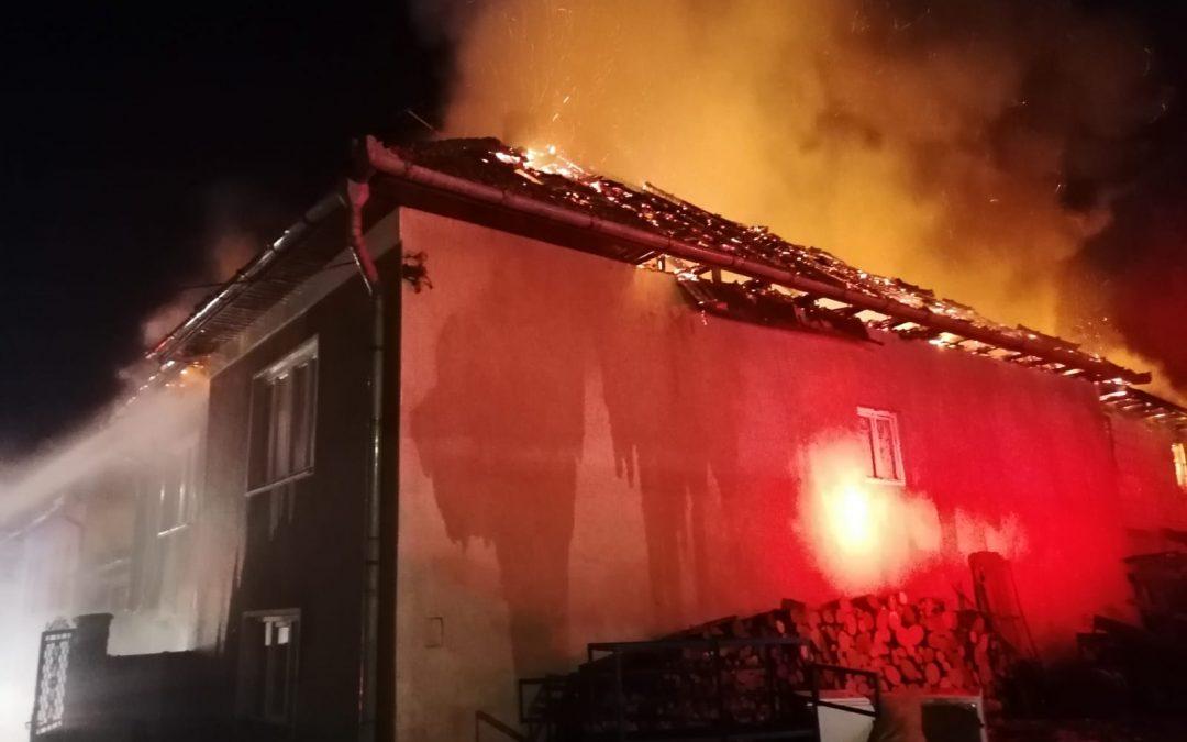 Incendiu în Mera. Casă cuprinsă de flăcări FOTO