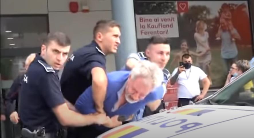 București: Bătrân pus la pământ de șase polițiști, după ce a refuzat termoscanarea la Kaufland VIDEO