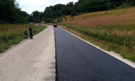 A început asfaltarea pe drumul județean 161 Panticeu – Sărata – limită cu județul Sălaj