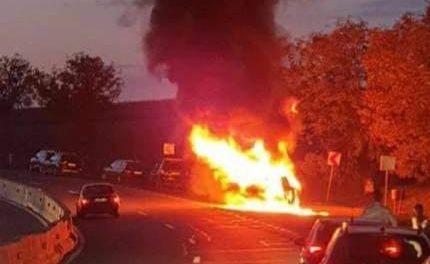 Autoturism cuprins de flăcări în Tureni FOTO