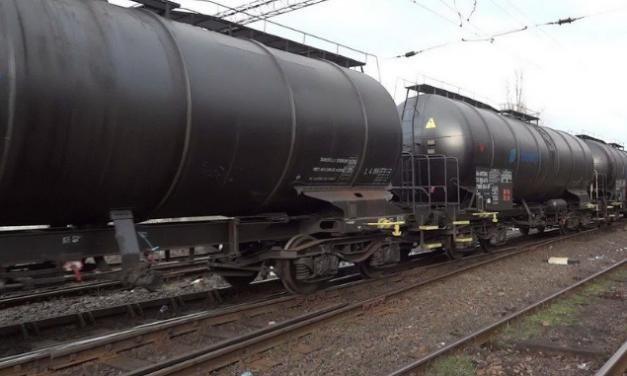 CLUJ: Prinși în flagrant în timp ce furau motorină din vagoanele unui tren